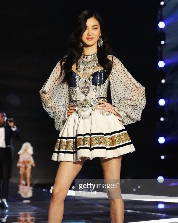 Mê mẩn style 'chất như nước cất' của 4 chân dài Châu Á hiếm hoi diễn show Victoria's Secret 2018 Ảnh 8