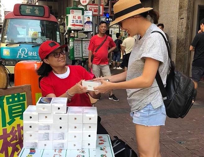 Nhiều người nhận 'trái đắng' khi vừa xếp hàng mua iPhone mới Ảnh 10