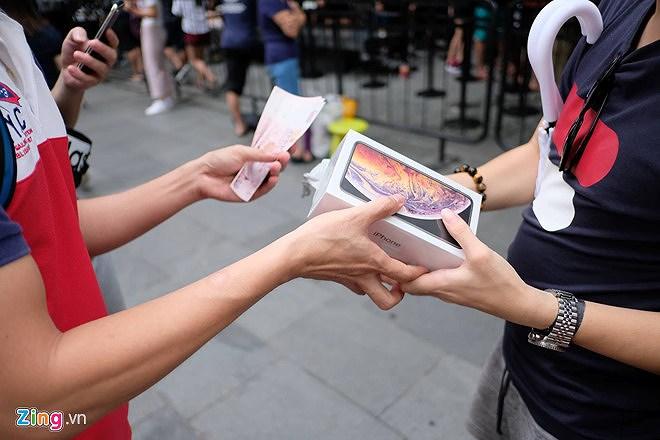 Nhiều người nhận 'trái đắng' khi vừa xếp hàng mua iPhone mới Ảnh 1
