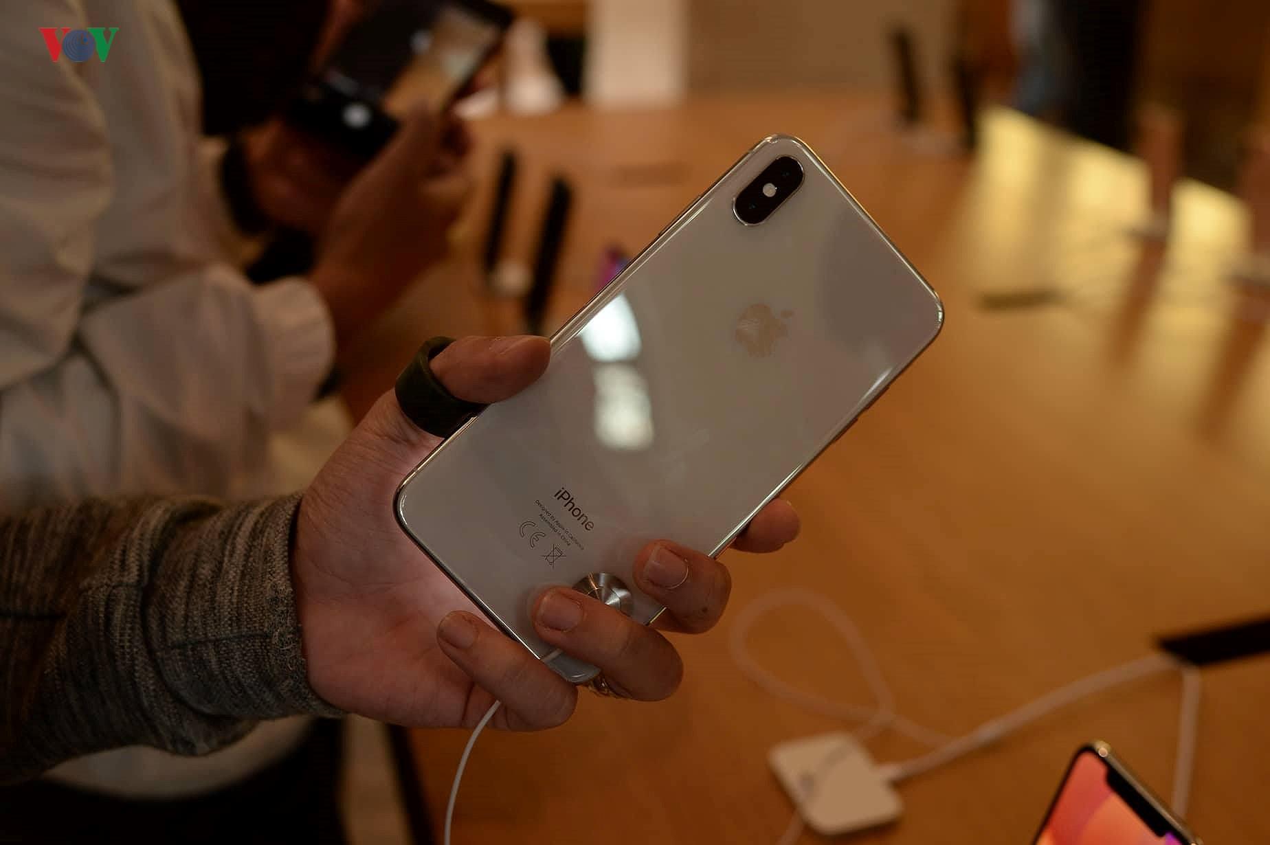 Những khách hàng đầu tiên cầm trên tay iPhone XS, iPhone XS Max tại Pháp Ảnh 11