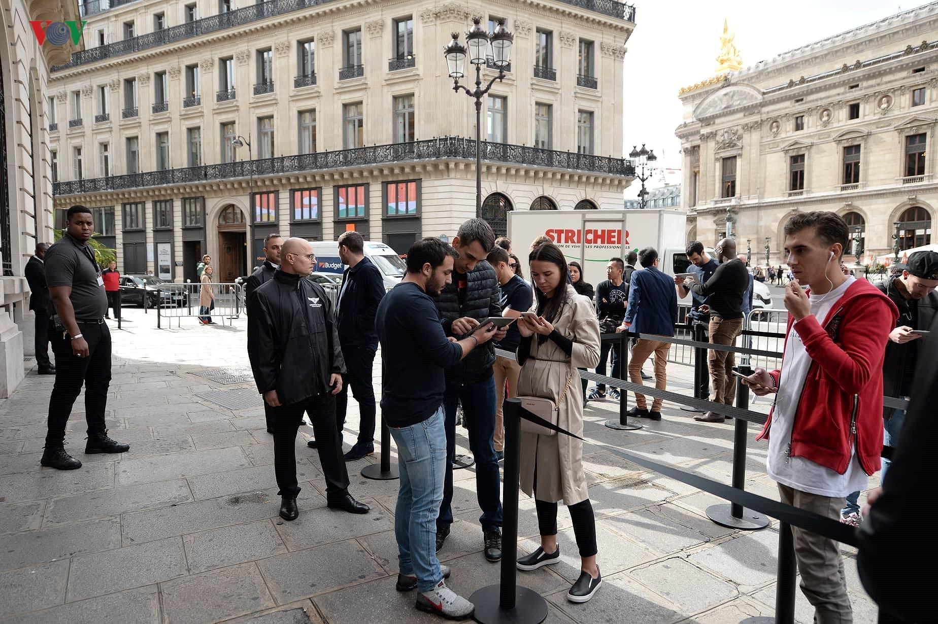 Những khách hàng đầu tiên cầm trên tay iPhone XS, iPhone XS Max tại Pháp Ảnh 3