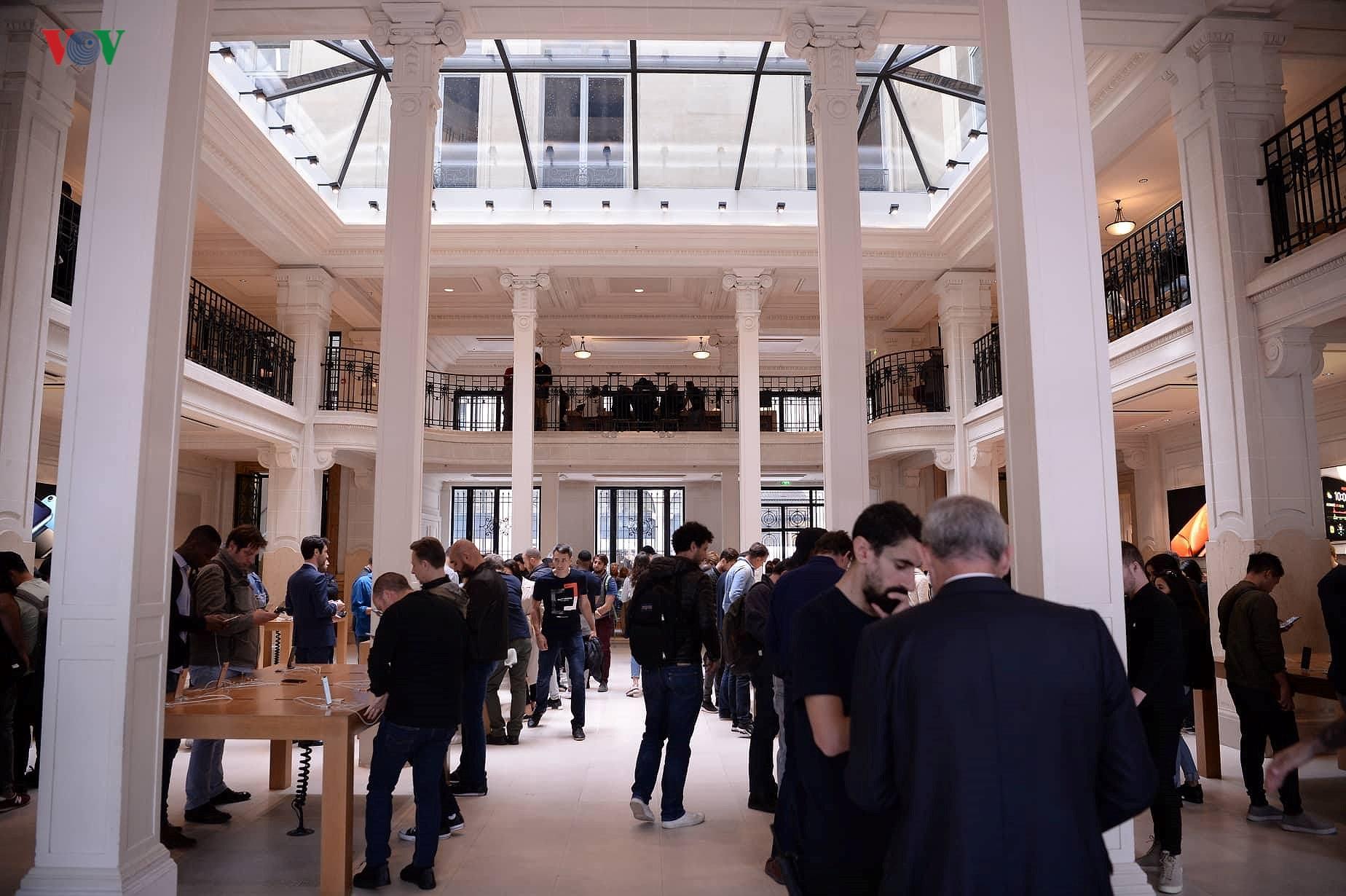 Những khách hàng đầu tiên cầm trên tay iPhone XS, iPhone XS Max tại Pháp Ảnh 5
