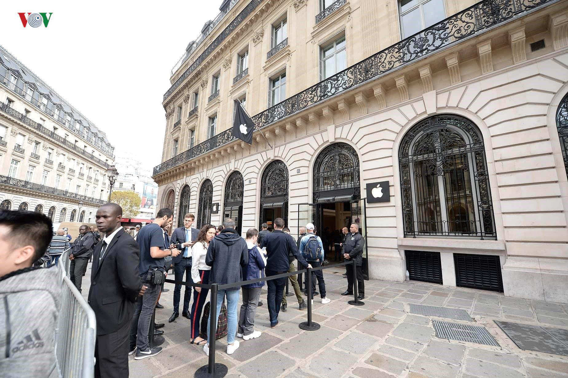 Những khách hàng đầu tiên cầm trên tay iPhone XS, iPhone XS Max tại Pháp Ảnh 2