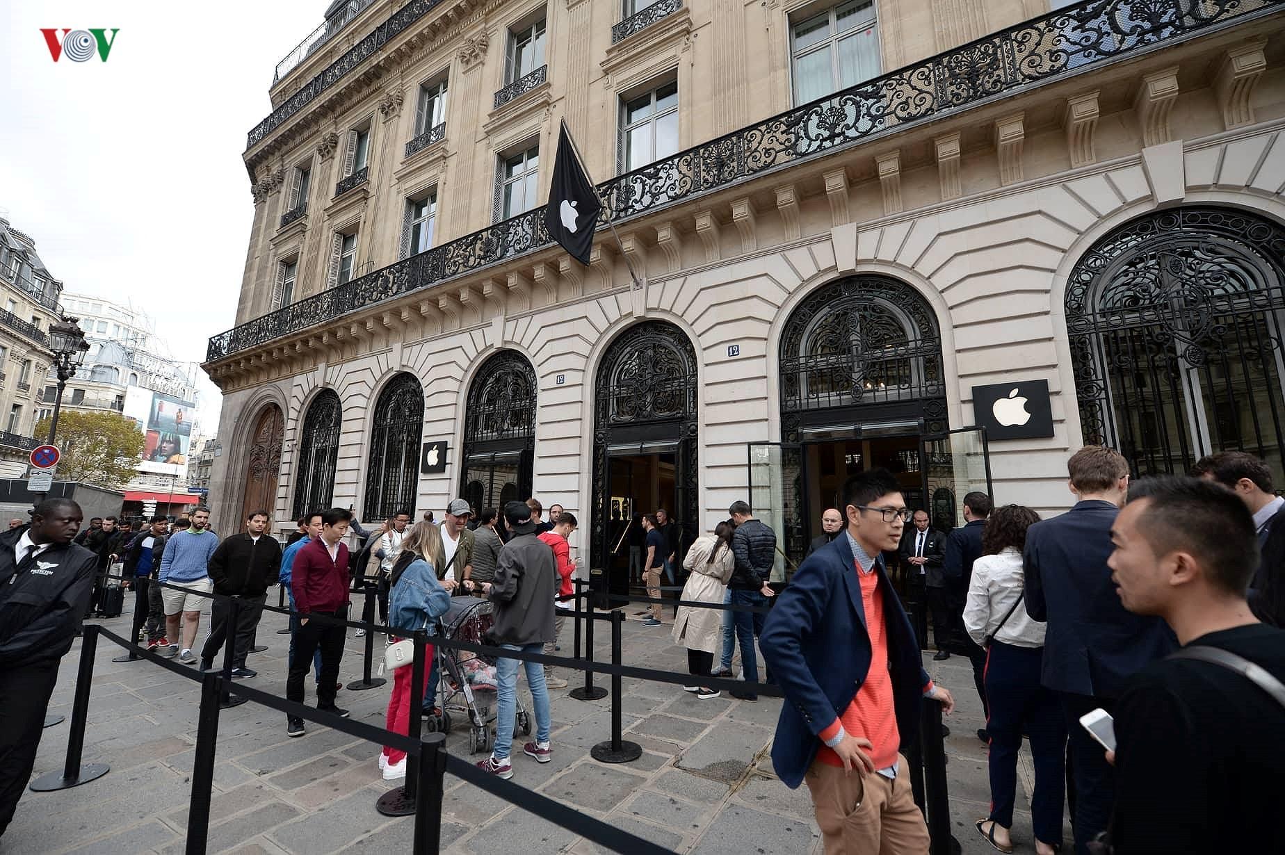 Những khách hàng đầu tiên cầm trên tay iPhone XS, iPhone XS Max tại Pháp Ảnh 1