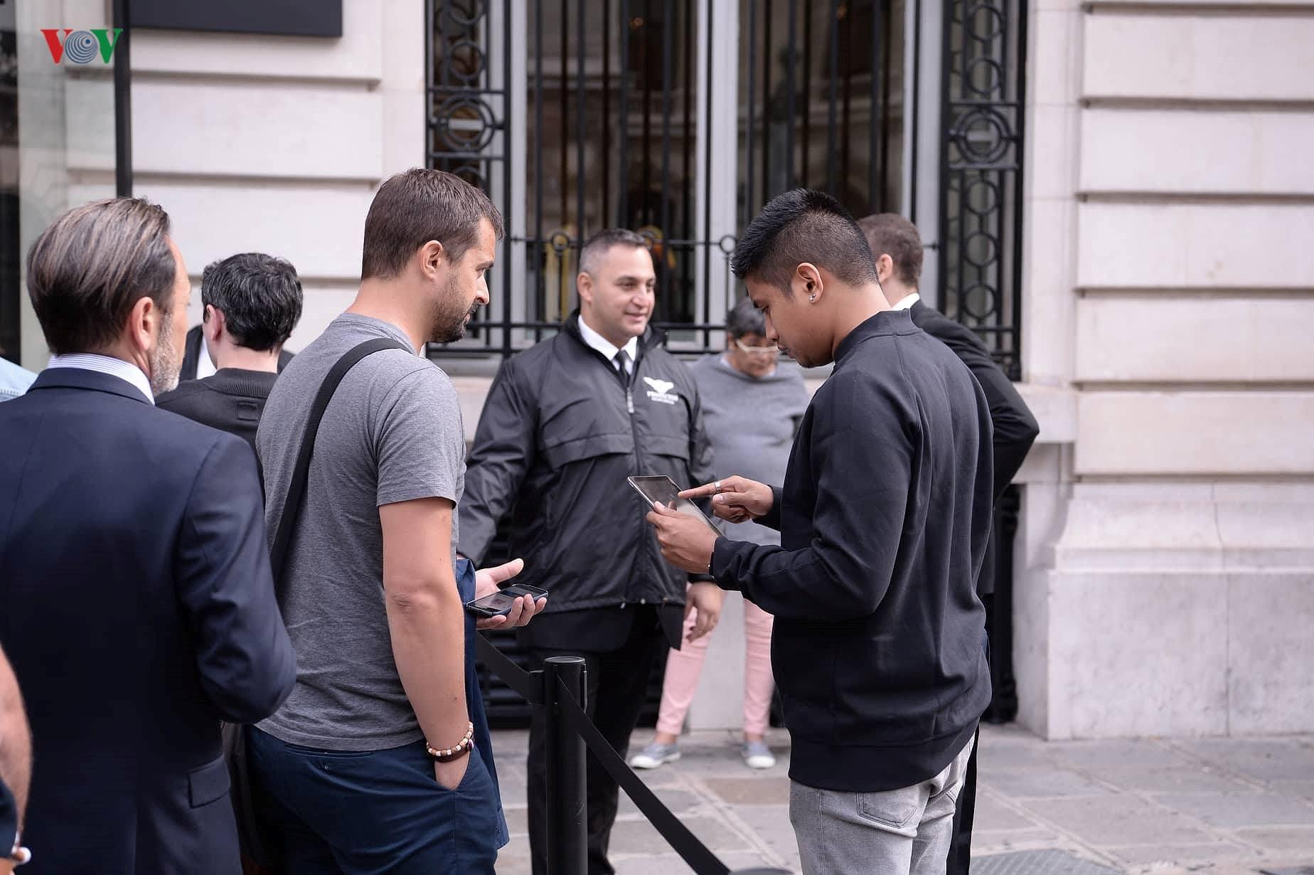 Những khách hàng đầu tiên cầm trên tay iPhone XS, iPhone XS Max tại Pháp Ảnh 4
