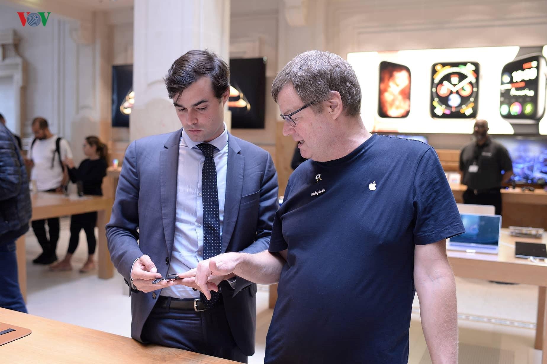 Những khách hàng đầu tiên cầm trên tay iPhone XS, iPhone XS Max tại Pháp Ảnh 14