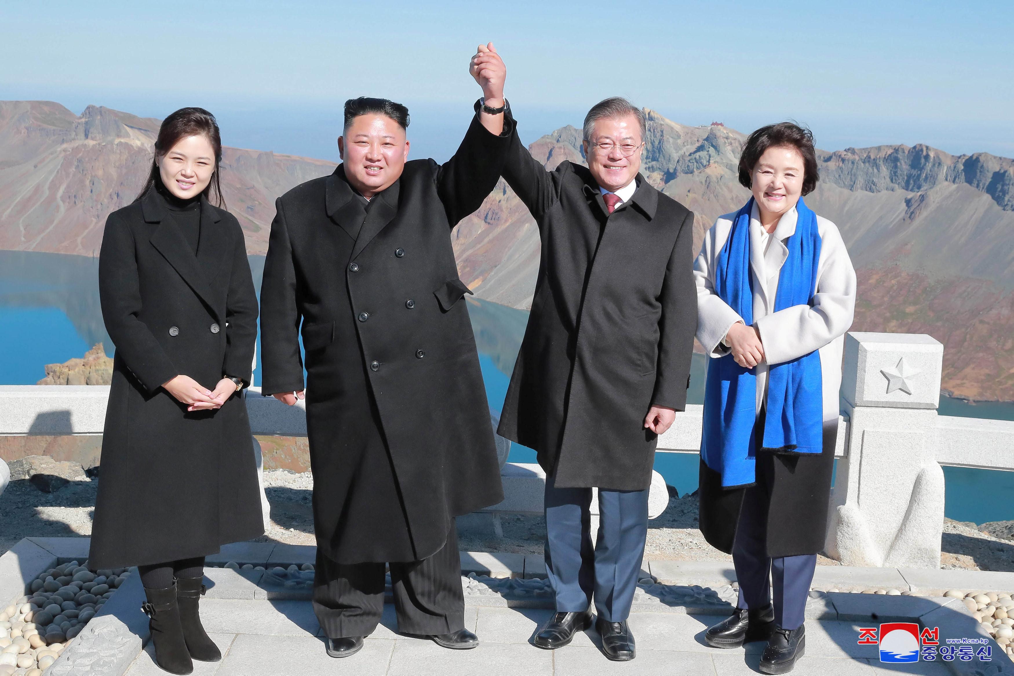 Lãnh đạo Kim học 'bắn tim' cùng Tổng thống Moon trên đỉnh núi Ảnh 1