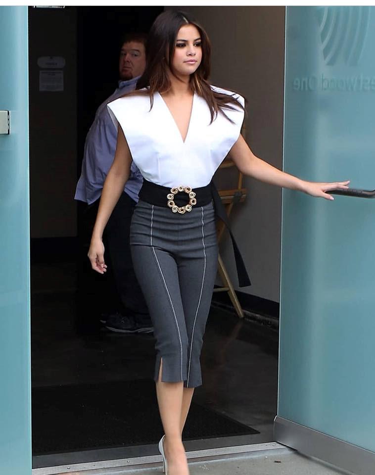 Selena Gomez mặc sành điệu thế nào trong một tháng qua? Ảnh 1