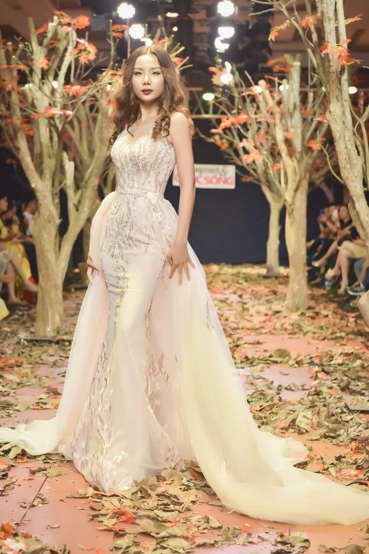 Á hậu Thanh Trang làm vedette trên sàn catwalk ngập lá mùa thu Ảnh 4