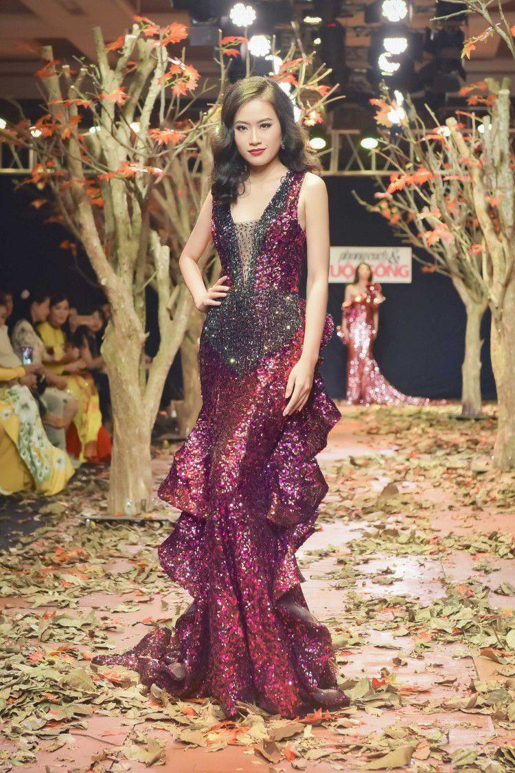 Á hậu Thanh Trang làm vedette trên sàn catwalk ngập lá mùa thu Ảnh 1