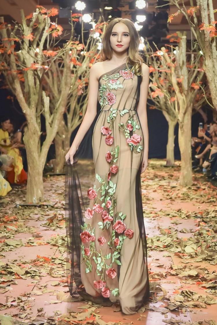 Á hậu Thanh Trang làm vedette trên sàn catwalk ngập lá mùa thu Ảnh 2