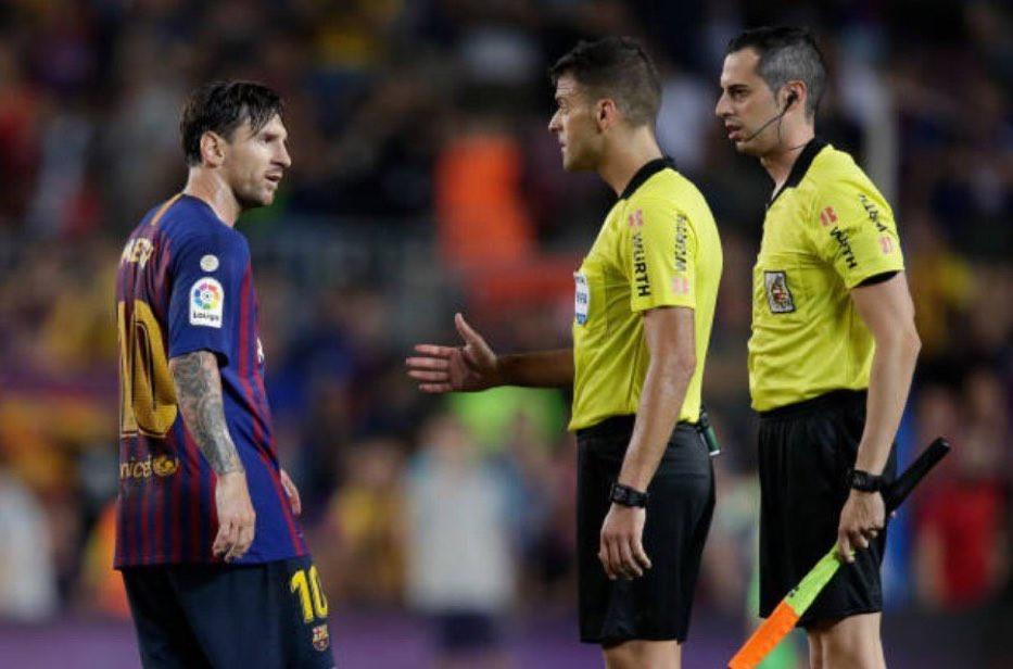 Messi càu nhàu trong phòng thay đồ vì trọng tài đuổi đồng đội Ảnh 2