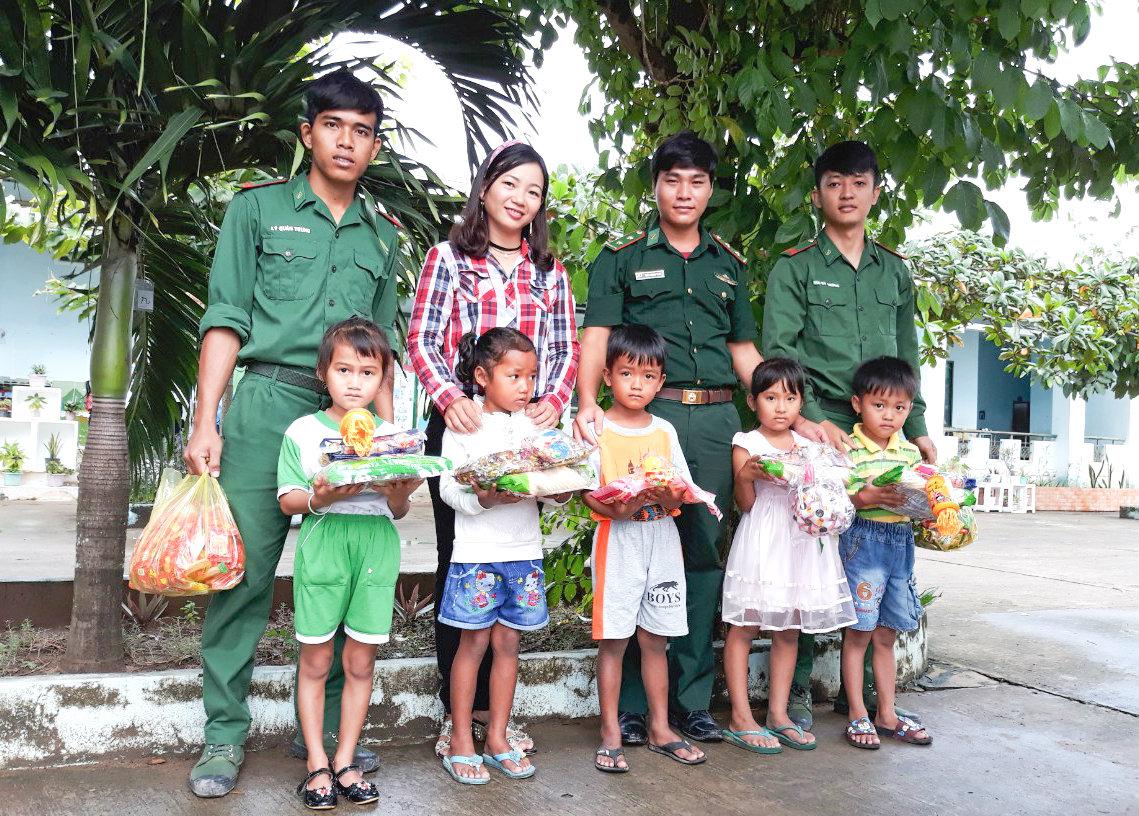 Những món quà Trung thu ý nghĩa của các đồn Biên phòng dành cho trẻ em nơi biên giới Ảnh 2