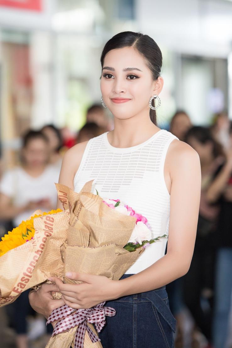 Nhìn hoa hậu Tiểu Vy thả dáng trong áo dài trắng, ai cũng phải tấm tắc khen Ảnh 7