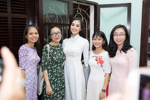 Nhìn hoa hậu Tiểu Vy thả dáng trong áo dài trắng, ai cũng phải tấm tắc khen Ảnh 3