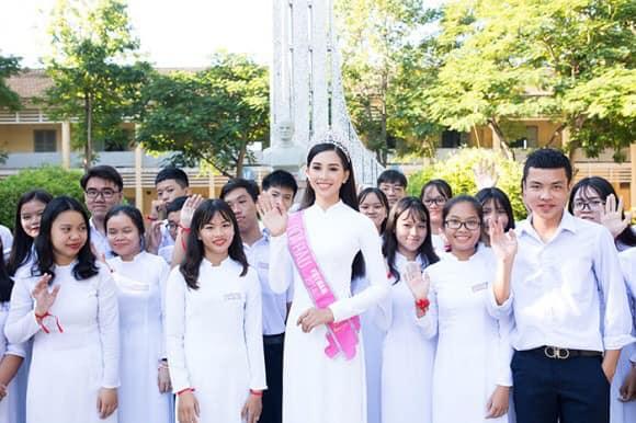 Nhìn hoa hậu Tiểu Vy thả dáng trong áo dài trắng, ai cũng phải tấm tắc khen Ảnh 2