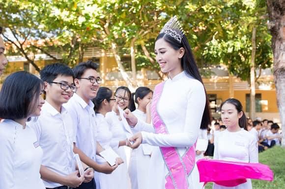Nhìn hoa hậu Tiểu Vy thả dáng trong áo dài trắng, ai cũng phải tấm tắc khen Ảnh 5