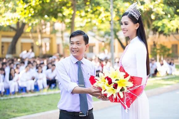 Nhìn hoa hậu Tiểu Vy thả dáng trong áo dài trắng, ai cũng phải tấm tắc khen Ảnh 4