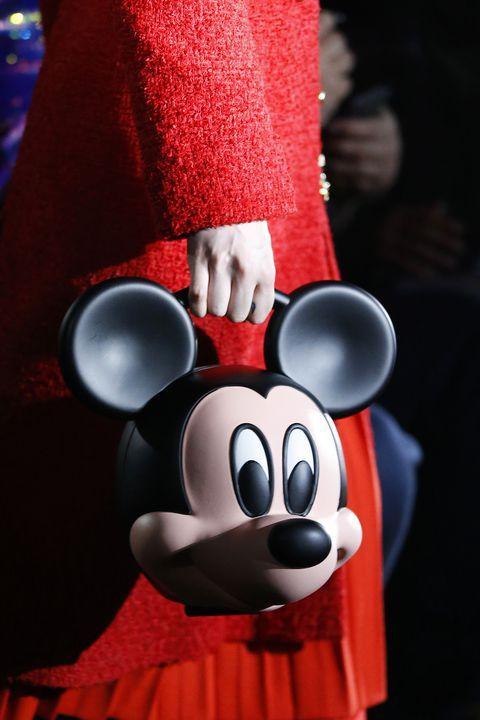 Người mẫu mang đầu chuột Mickey trong show thời trang Ảnh 2