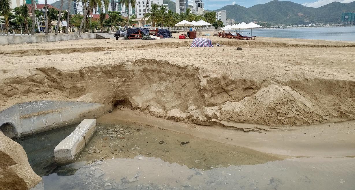 Nước thải bốc mùi hôi thối xả xuống biển Nha Trang Ảnh 1