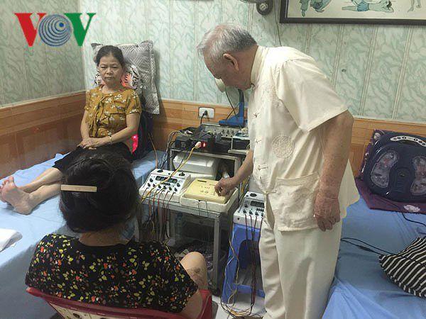 Phòng khám của 'ông tiên' mang niềm vui đến cho bệnh nhân nghèo Ảnh 2