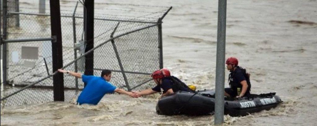 Ảnh chế Tổng thống Trump 'đích thân cứu nạn nhân lũ lụt' gây bão mạng Ảnh 2