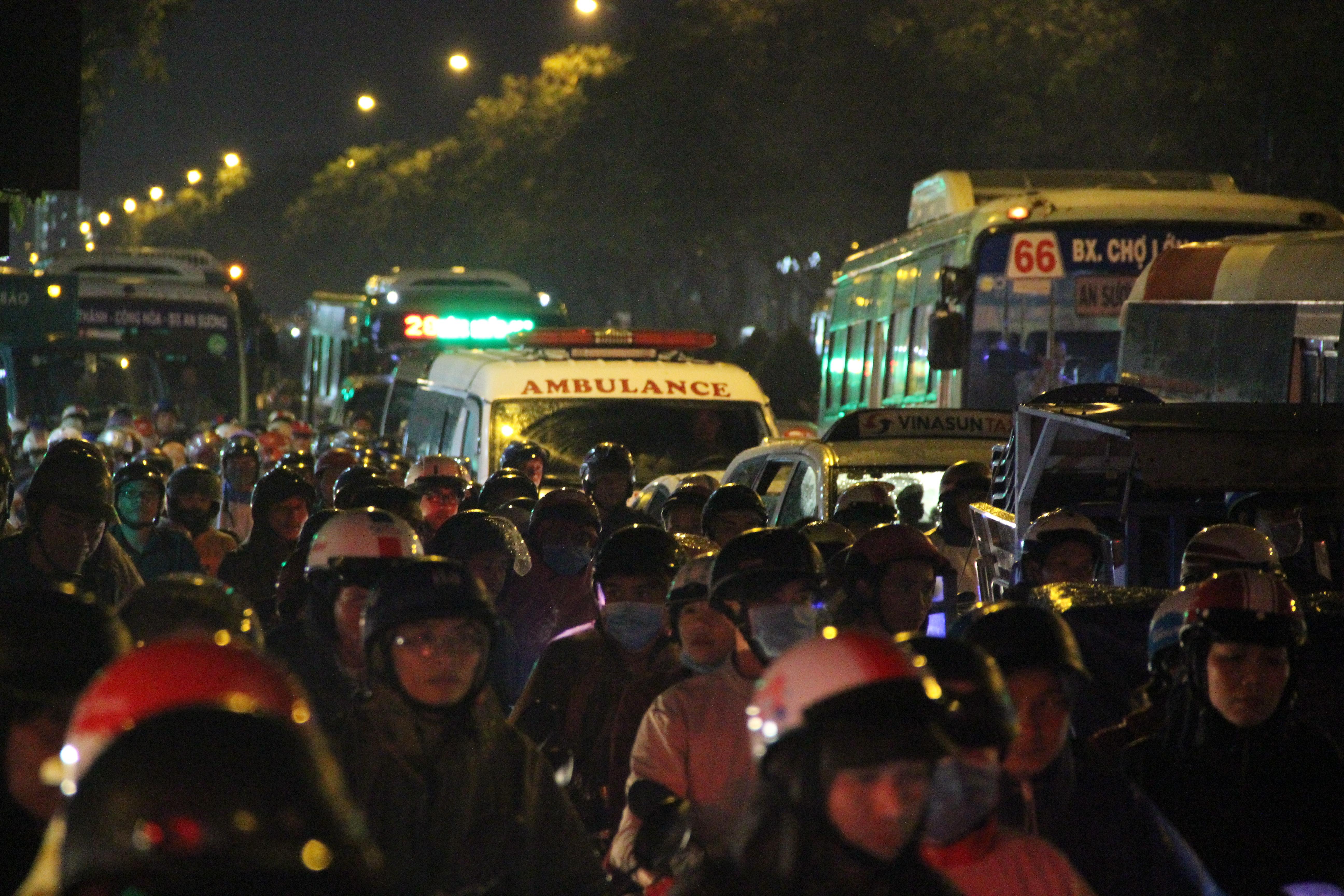 Sài Gòn ngập kinh hoàng, giao thông tê liệt sau cơn mưa lớn cuối ngày Ảnh 13