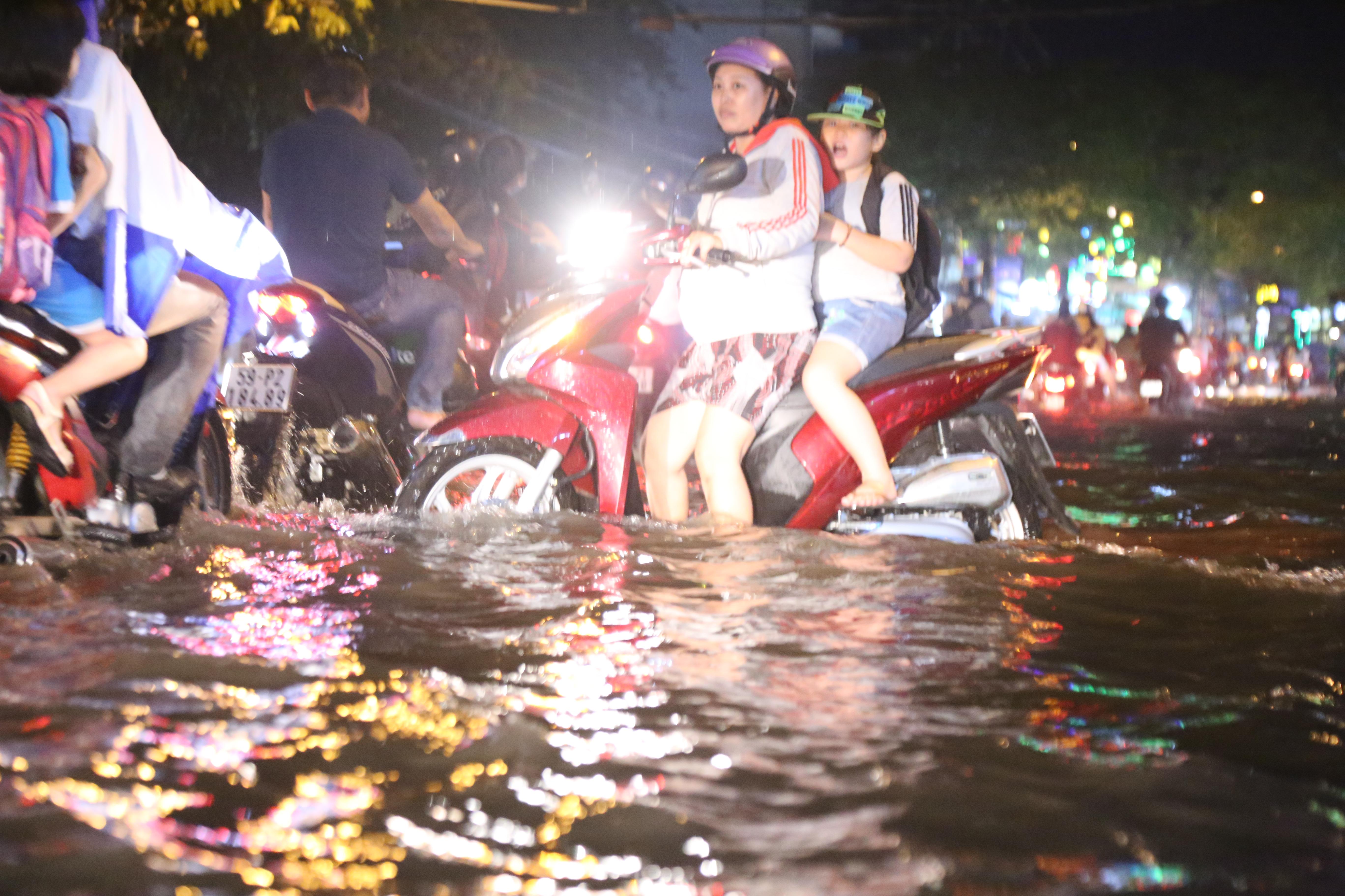 Sài Gòn ngập kinh hoàng, giao thông tê liệt sau cơn mưa lớn cuối ngày Ảnh 7