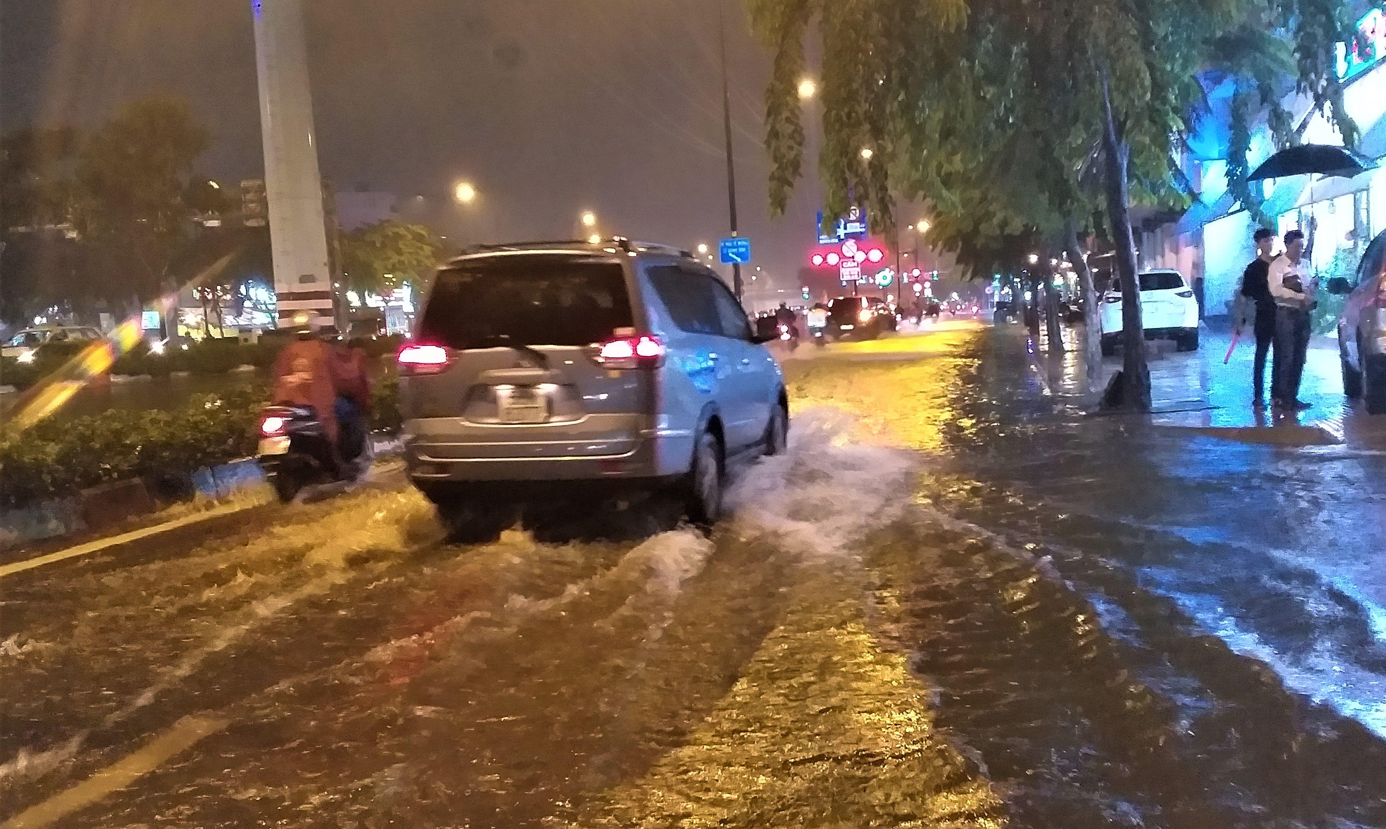 Sài Gòn ngập kinh hoàng, giao thông tê liệt sau cơn mưa lớn cuối ngày Ảnh 4