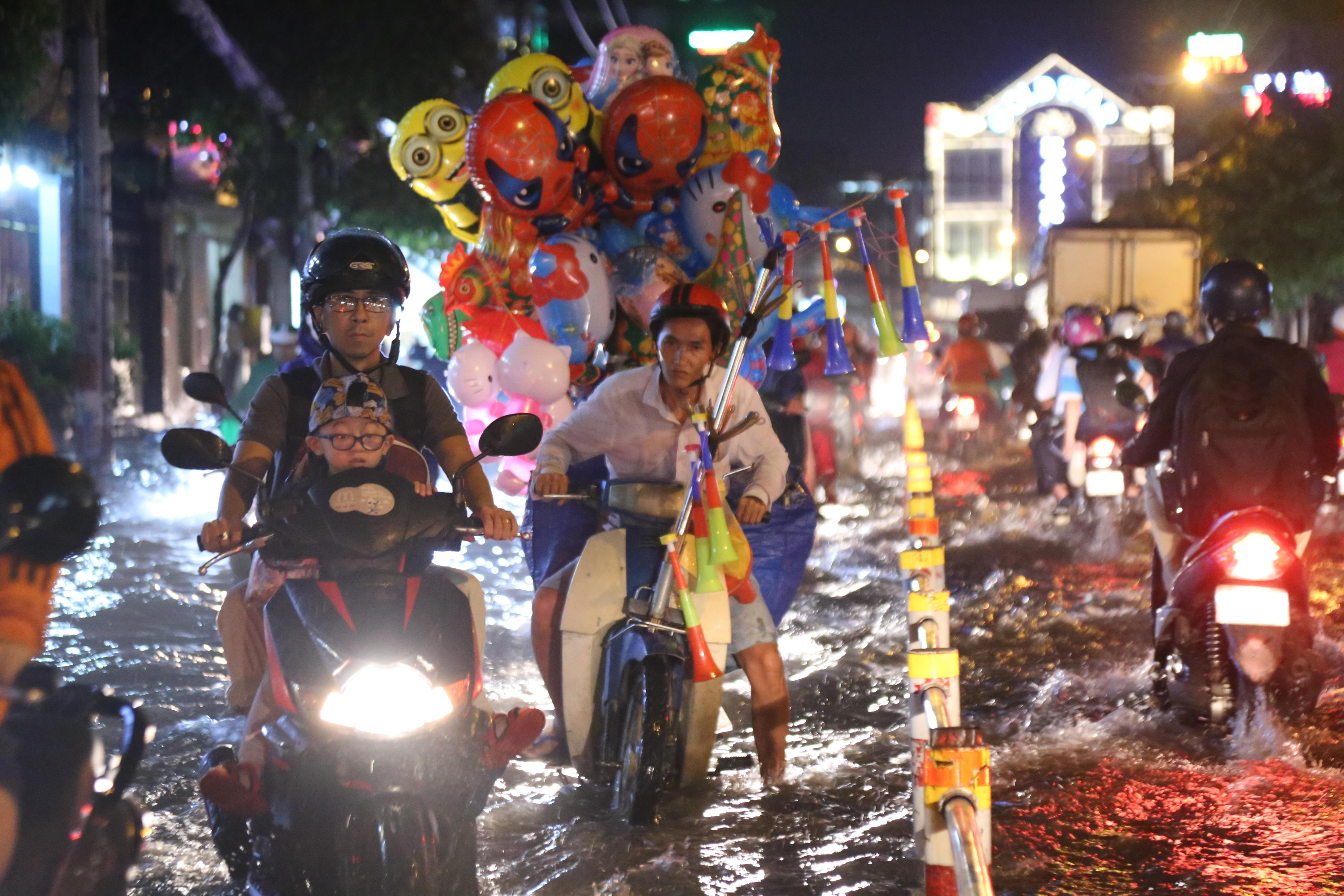 Sài Gòn ngập kinh hoàng, giao thông tê liệt sau cơn mưa lớn cuối ngày Ảnh 9