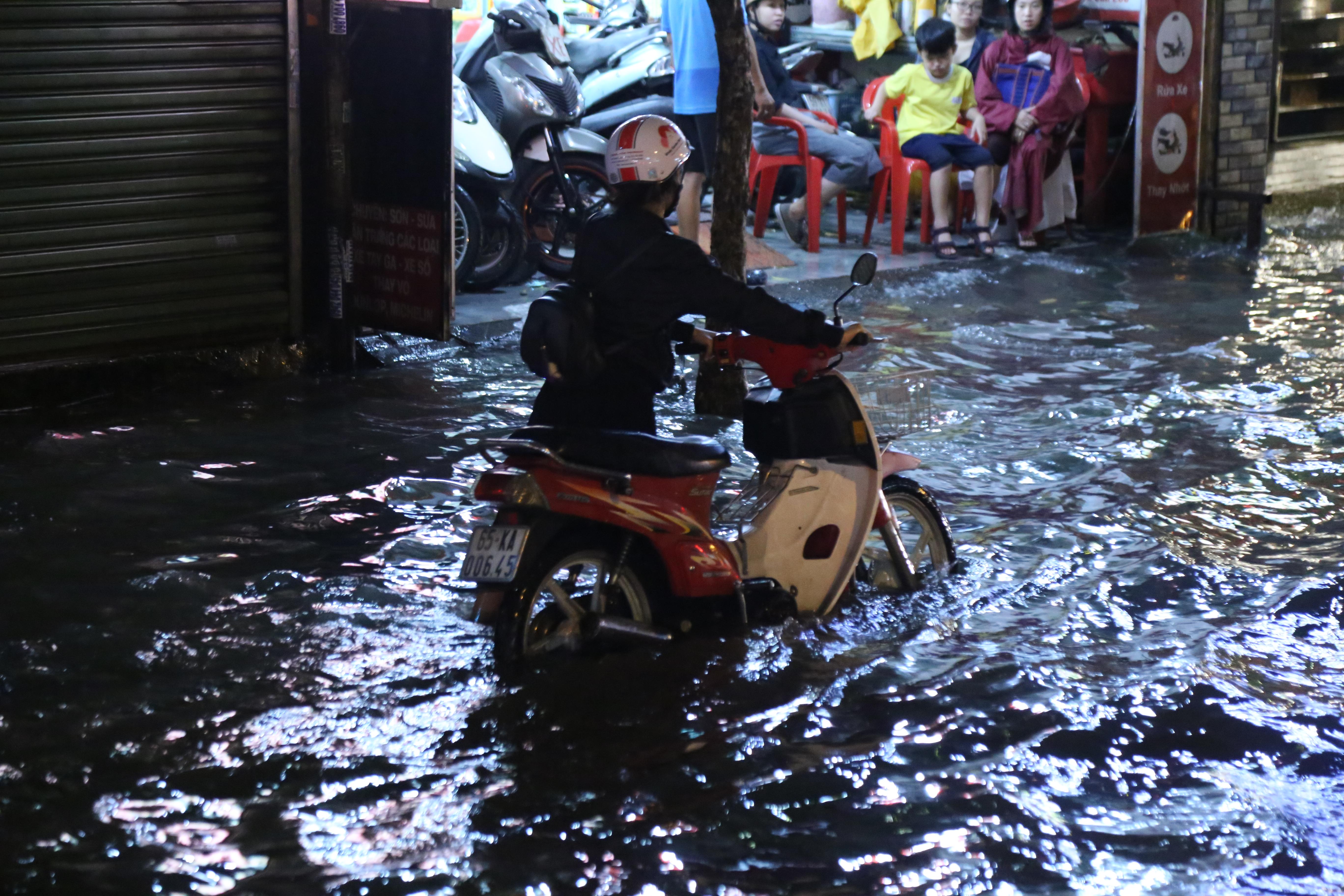 Sài Gòn ngập kinh hoàng, giao thông tê liệt sau cơn mưa lớn cuối ngày Ảnh 8