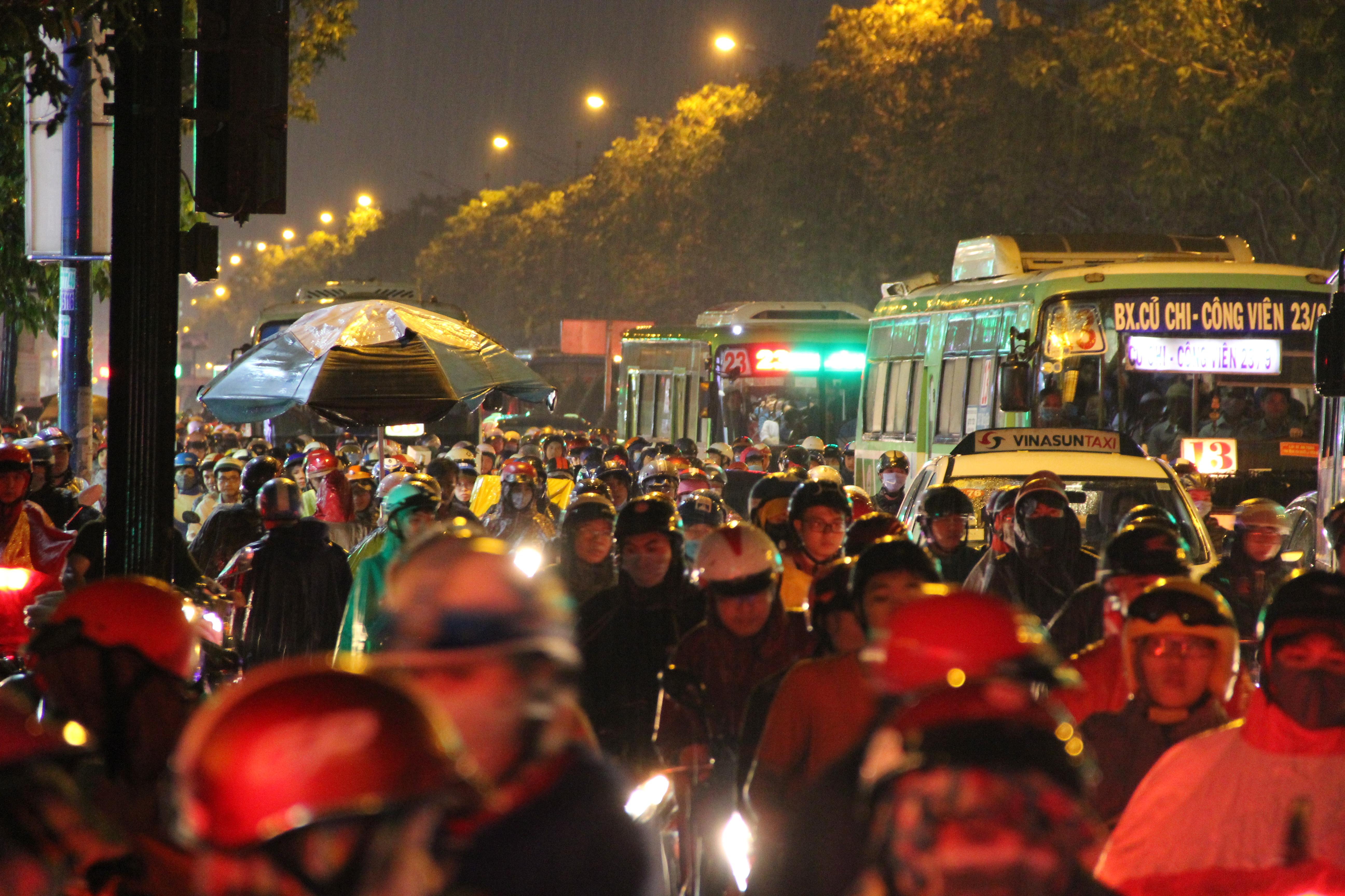Sài Gòn ngập kinh hoàng, giao thông tê liệt sau cơn mưa lớn cuối ngày Ảnh 12