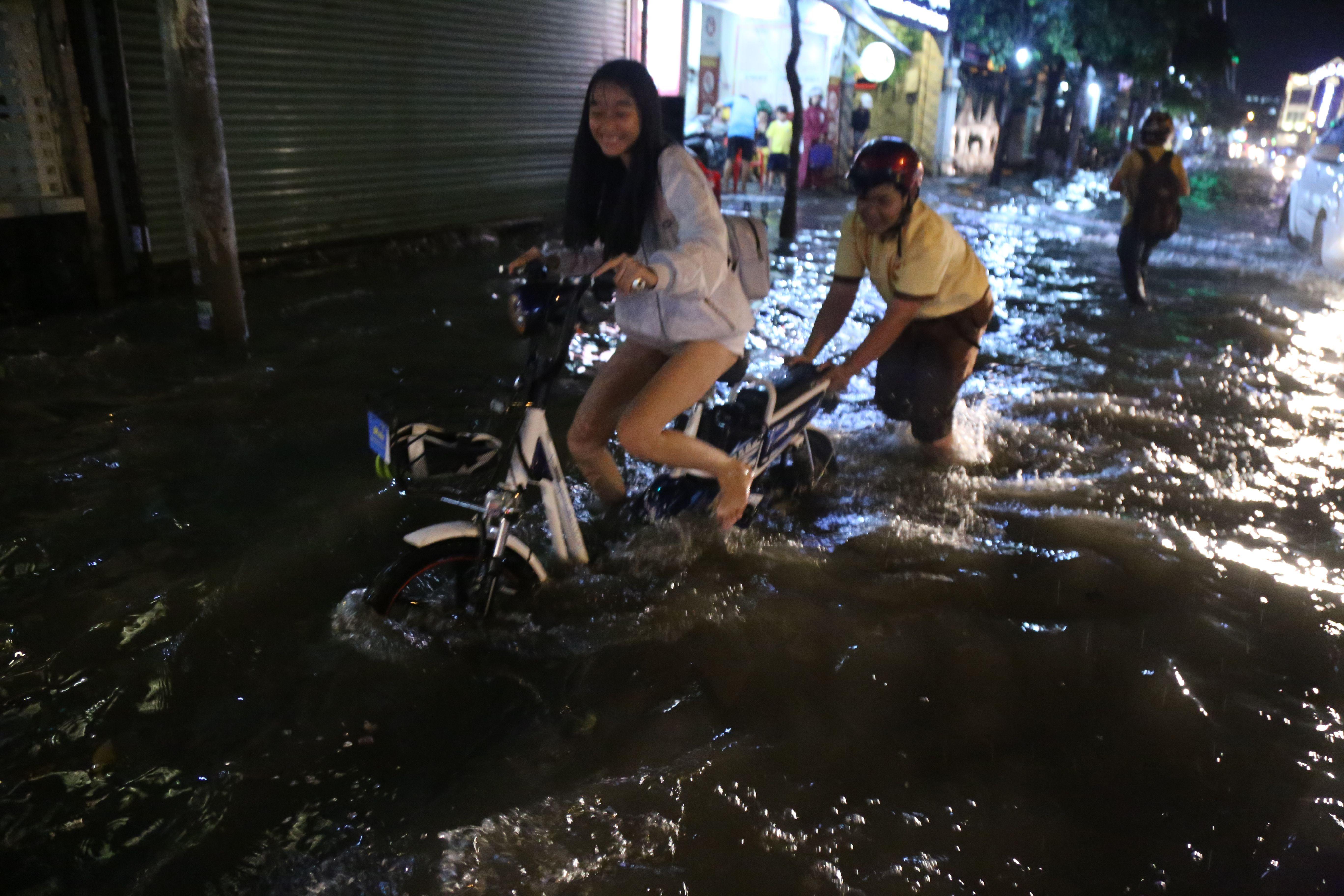 Sài Gòn ngập kinh hoàng, giao thông tê liệt sau cơn mưa lớn cuối ngày Ảnh 6
