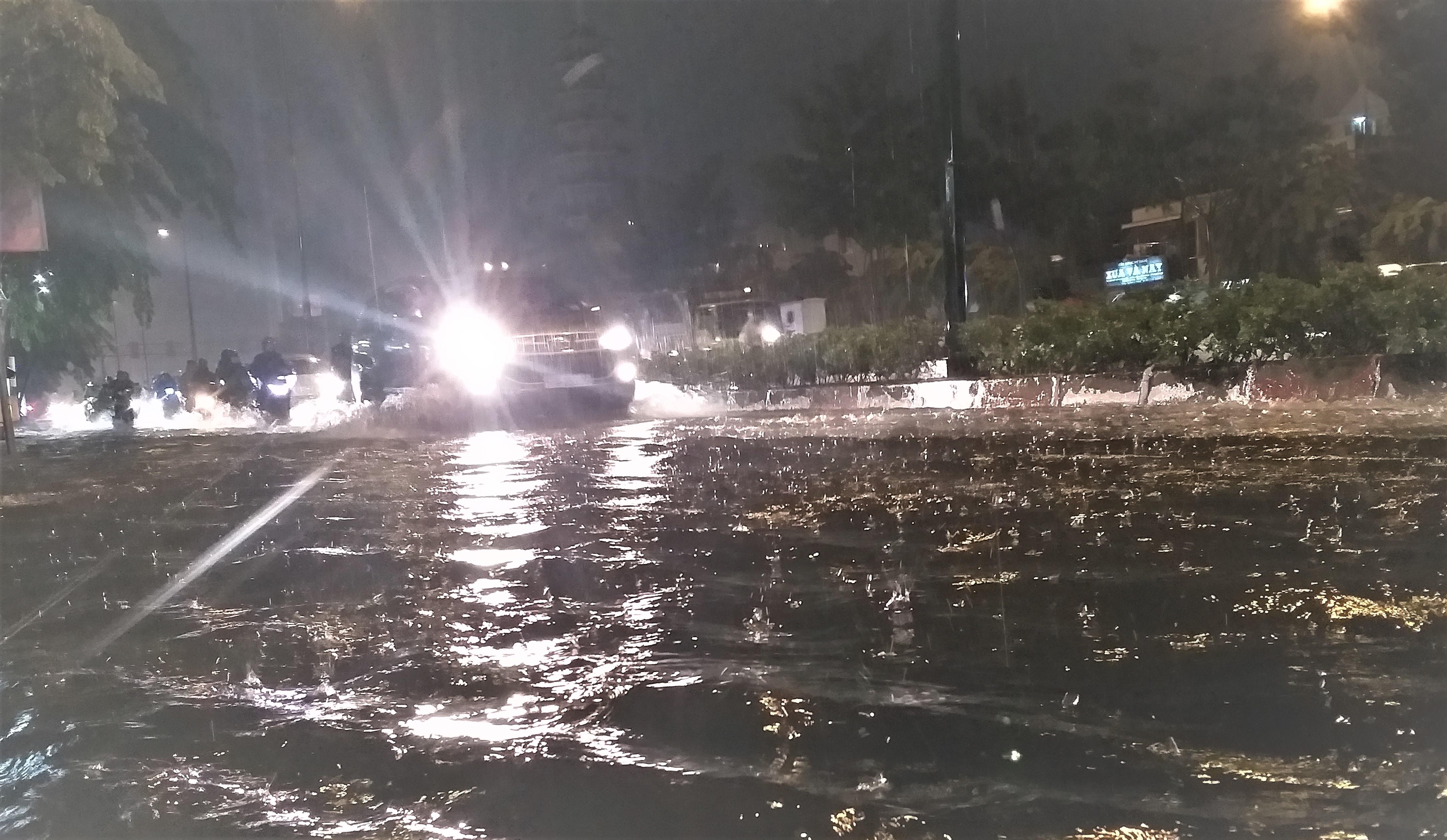 Sài Gòn ngập kinh hoàng, giao thông tê liệt sau cơn mưa lớn cuối ngày Ảnh 3