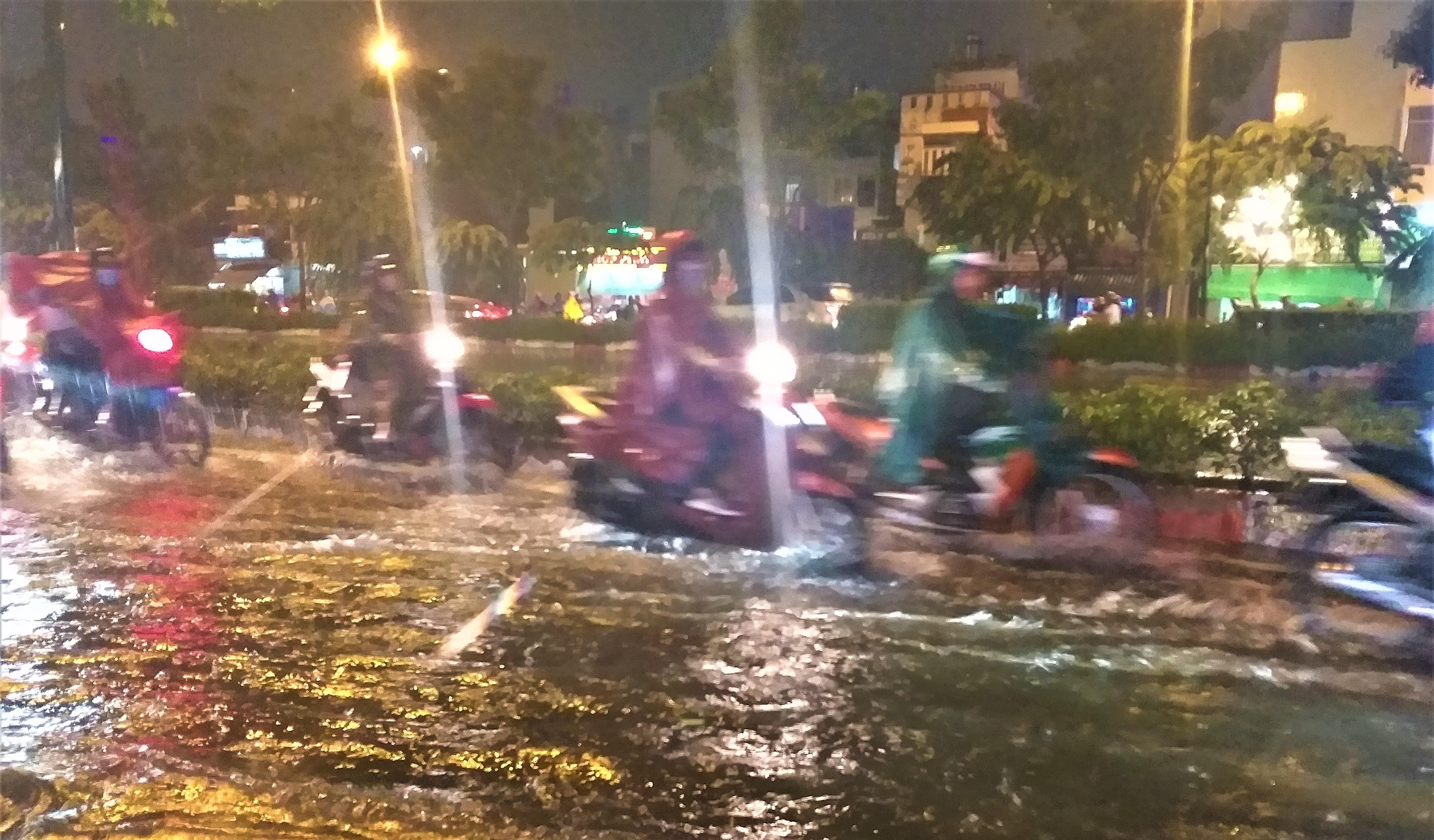 Sài Gòn ngập kinh hoàng, giao thông tê liệt sau cơn mưa lớn cuối ngày Ảnh 2