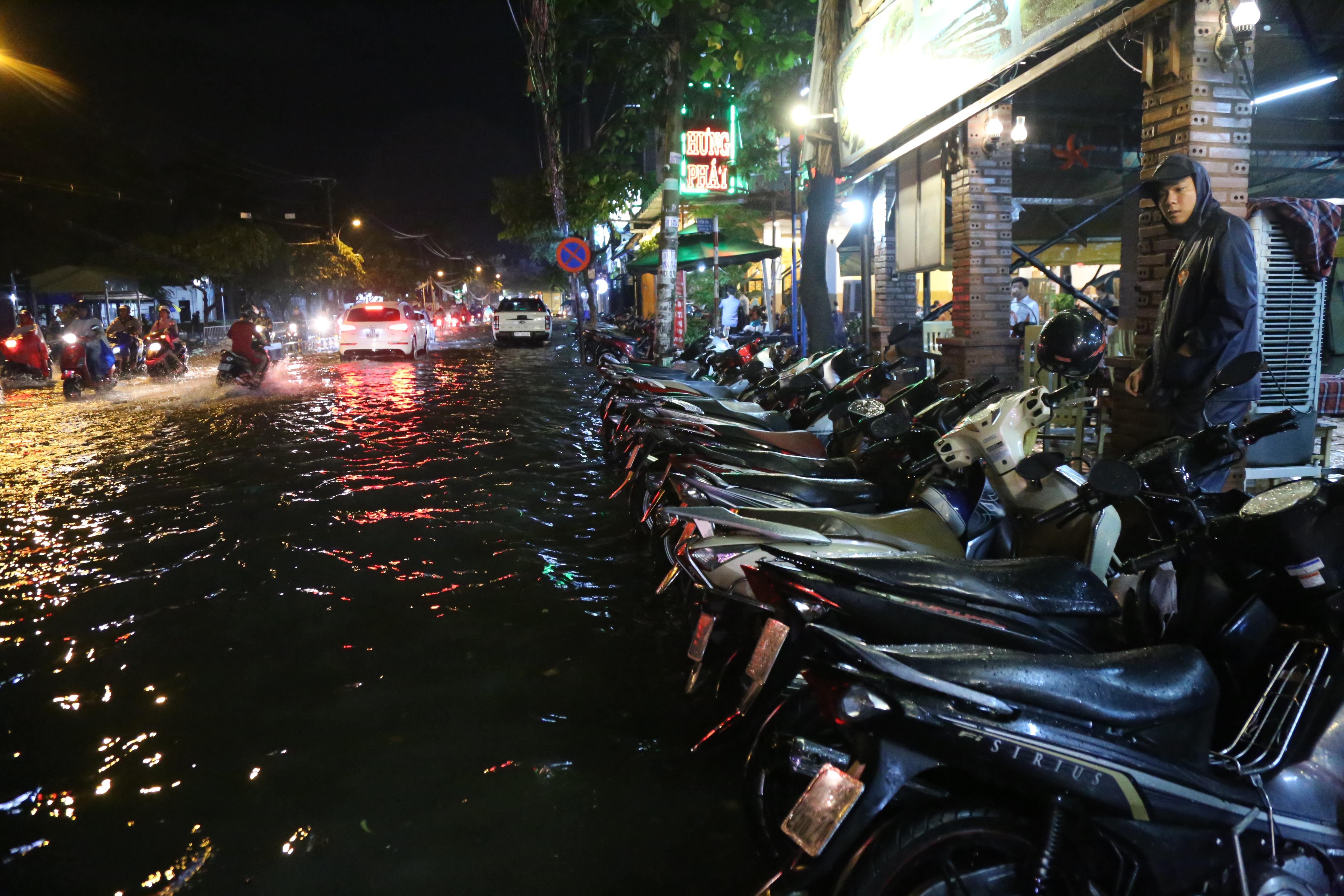 Sài Gòn ngập kinh hoàng, giao thông tê liệt sau cơn mưa lớn cuối ngày Ảnh 10
