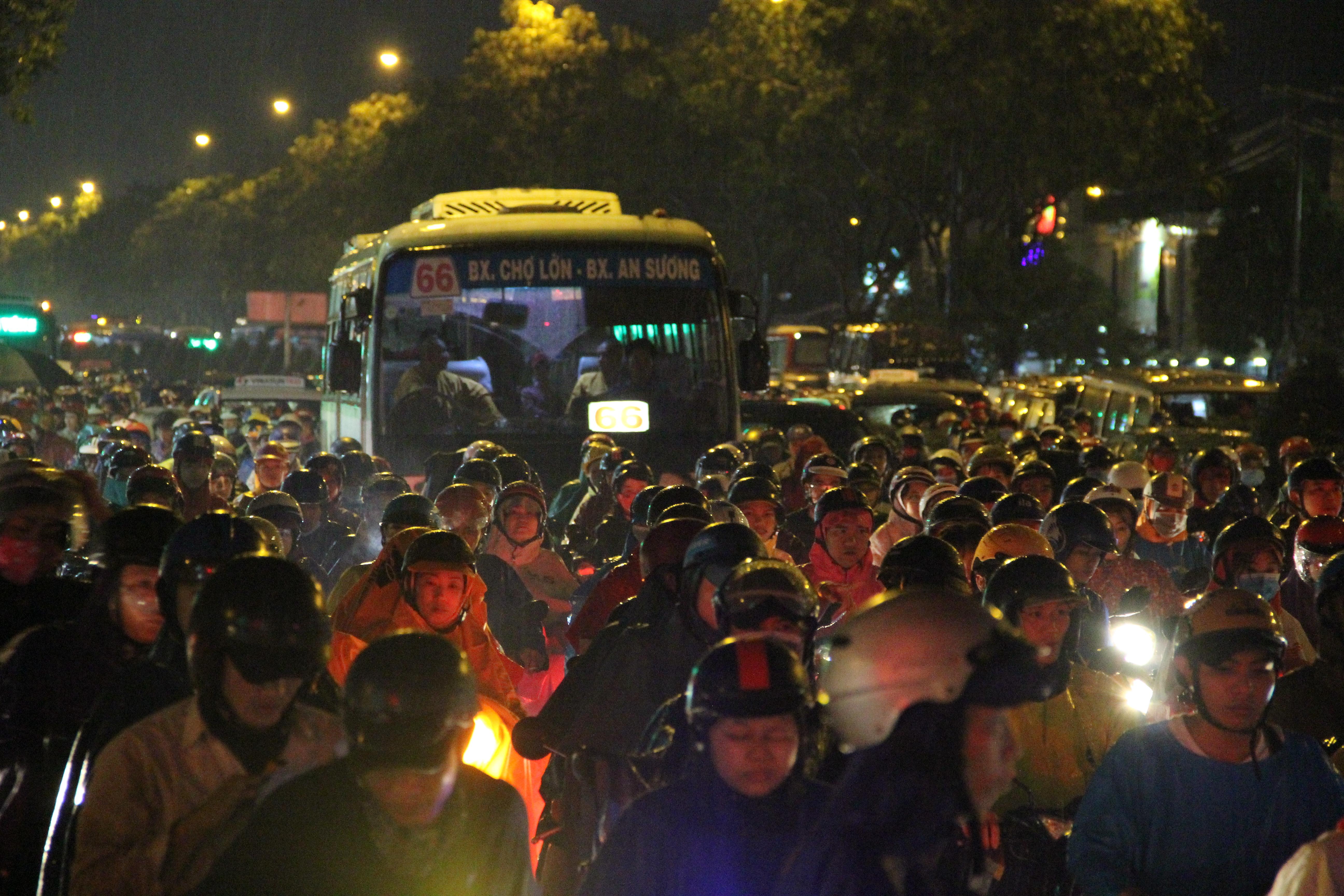 Sài Gòn ngập kinh hoàng, giao thông tê liệt sau cơn mưa lớn cuối ngày Ảnh 11