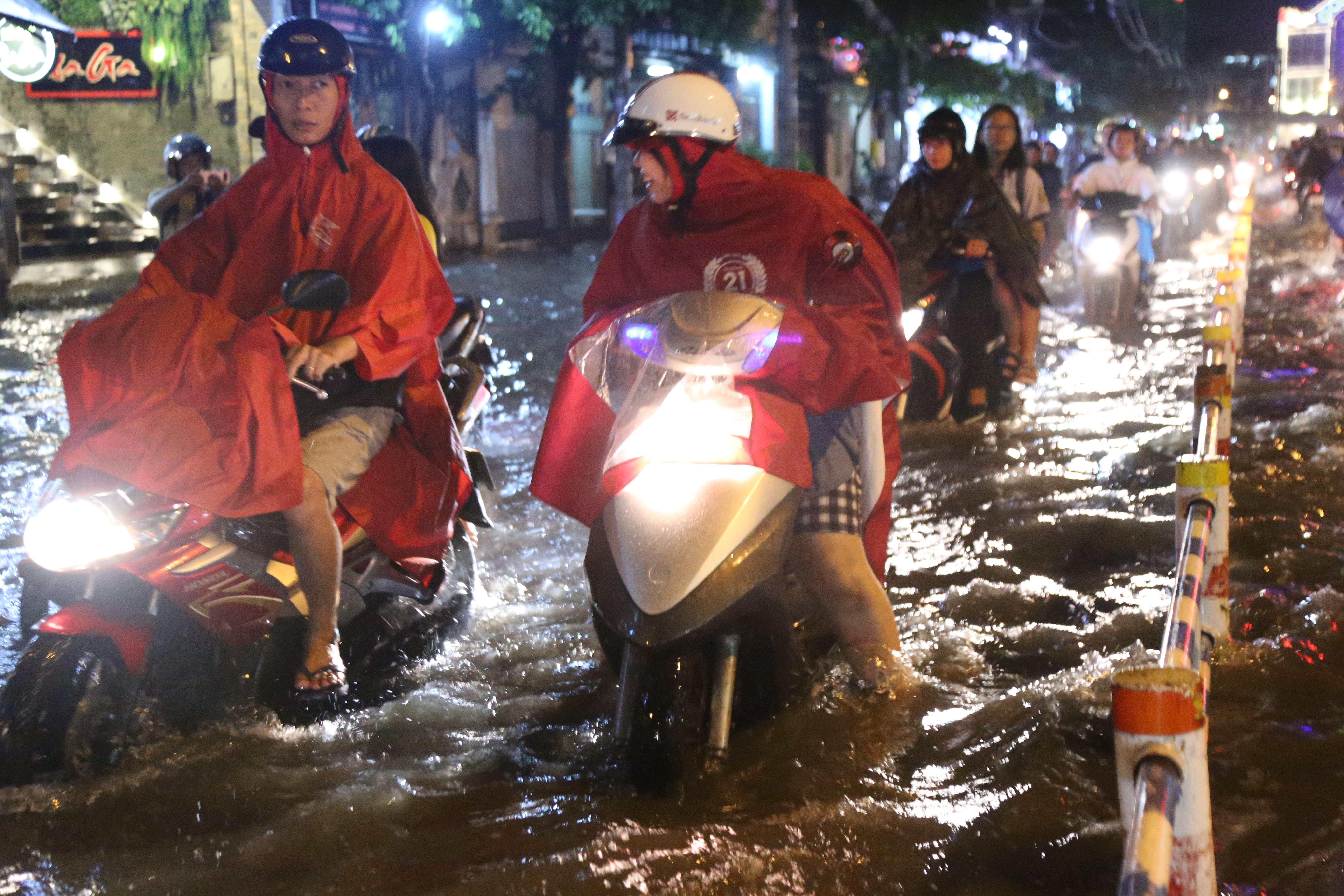 Sài Gòn ngập kinh hoàng, giao thông tê liệt sau cơn mưa lớn cuối ngày Ảnh 1