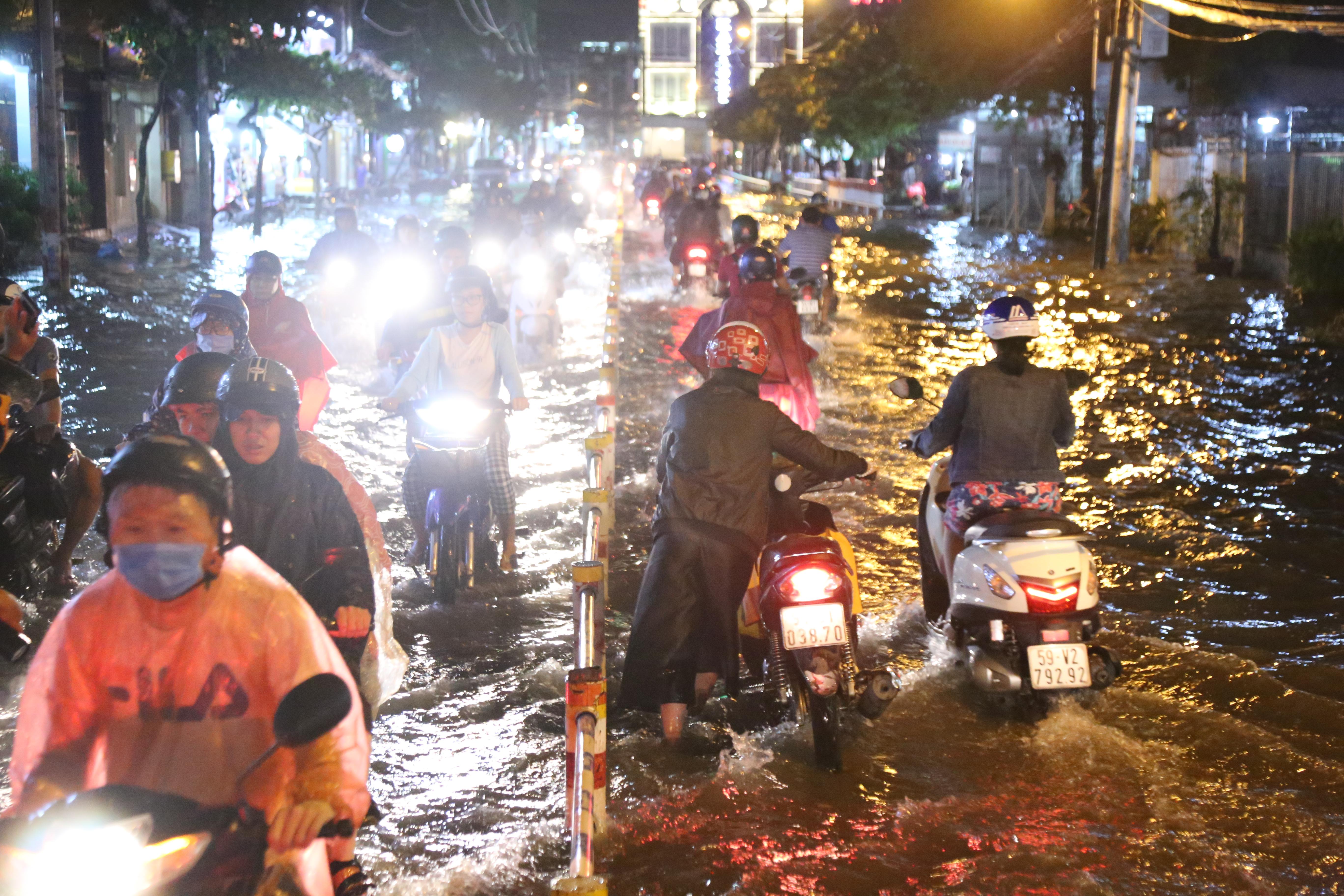 Sài Gòn ngập kinh hoàng, giao thông tê liệt sau cơn mưa lớn cuối ngày Ảnh 5