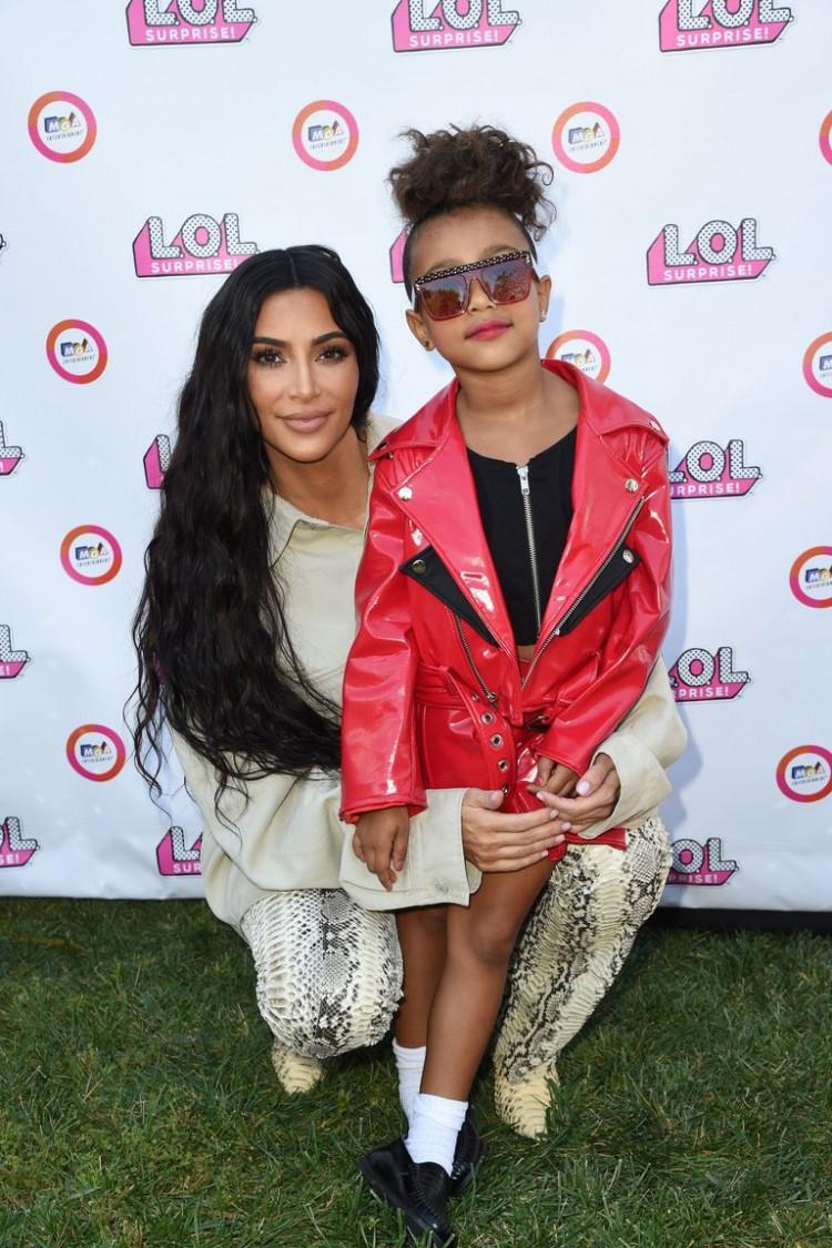 Con gái rượu của Kim Kardashian lần đầu tiên sải bước trên sàn diễn thời trang Ảnh 4