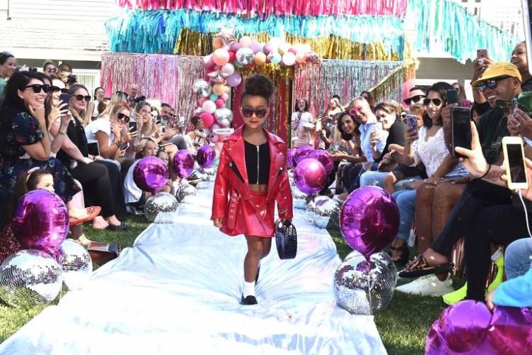 Con gái rượu của Kim Kardashian lần đầu tiên sải bước trên sàn diễn thời trang Ảnh 3