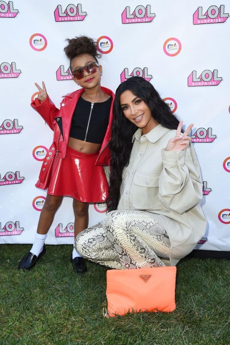 Con gái rượu của Kim Kardashian lần đầu tiên sải bước trên sàn diễn thời trang Ảnh 1