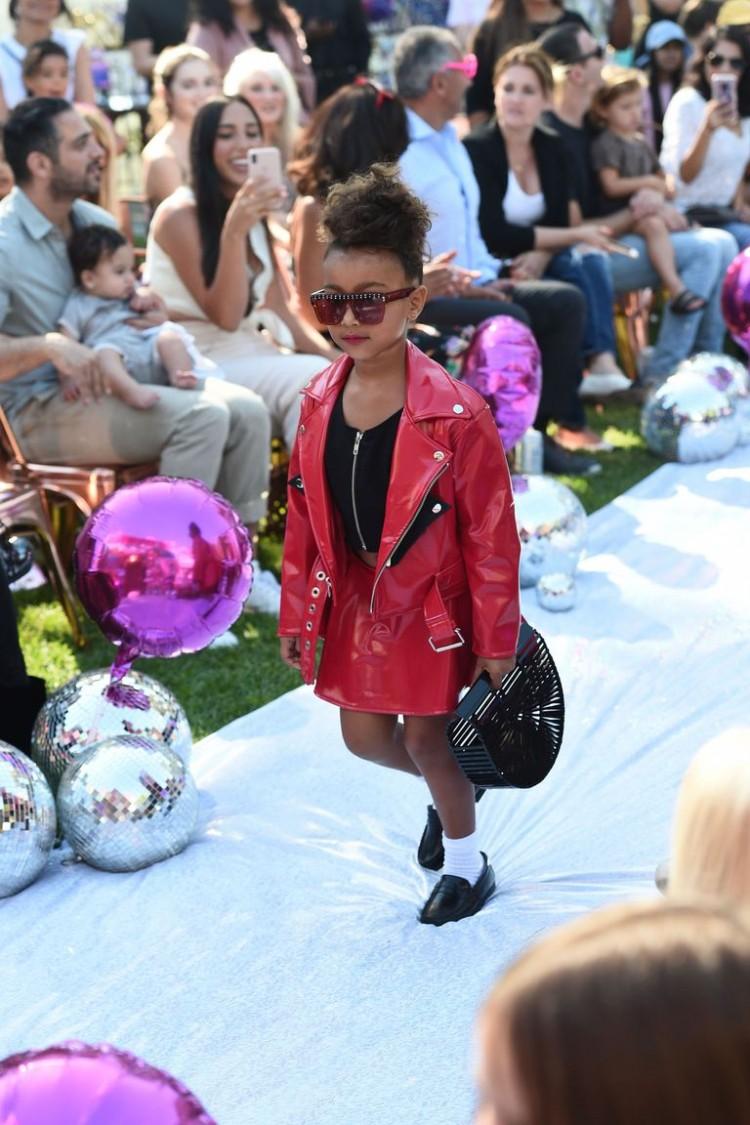 Con gái rượu của Kim Kardashian lần đầu tiên sải bước trên sàn diễn thời trang Ảnh 2