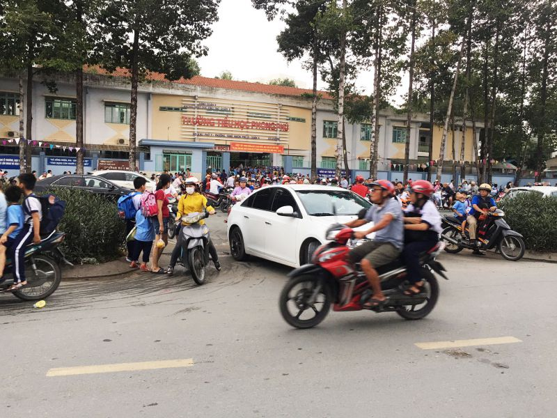 TP.HCM: Báo động mất ATGT trước cổng trường Ảnh 2