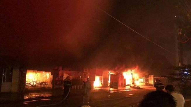 Cháy ngùn ngụt thiêu rụi 4 cửa hàng tại Hà Nội Ảnh 1