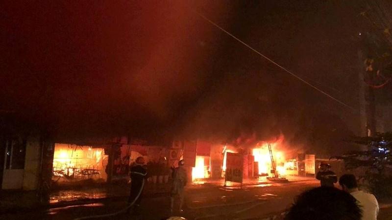 Cháy ngùn ngụt thiêu rụi 4 cửa hàng tại Hà Nội Ảnh 2