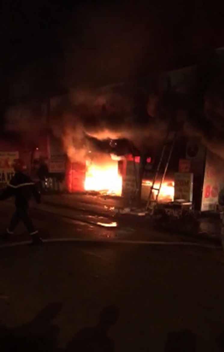 Hiện trường khói lửa cháy khủng khiếp loạt ki ốt ở Lai Xá, Hoài Đức Ảnh 3