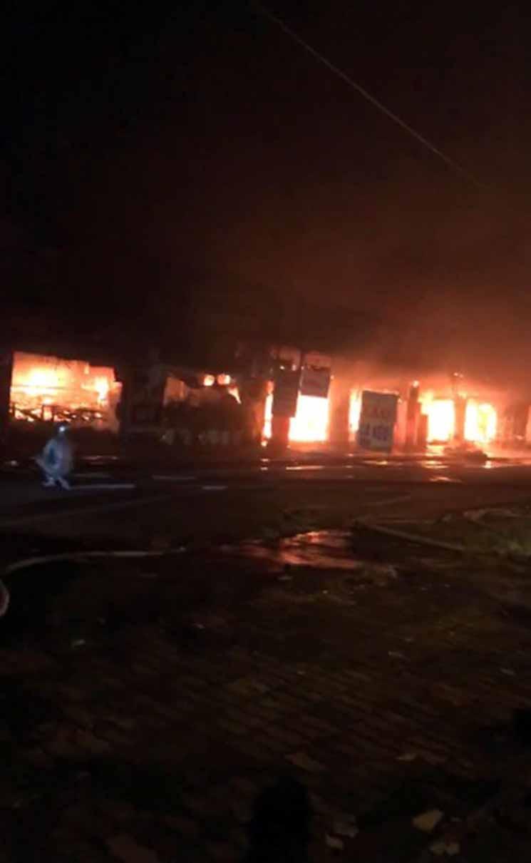 Hiện trường khói lửa cháy khủng khiếp loạt ki ốt ở Lai Xá, Hoài Đức Ảnh 6