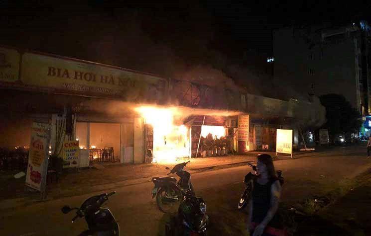 Hiện trường khói lửa cháy khủng khiếp loạt ki ốt ở Lai Xá, Hoài Đức Ảnh 1