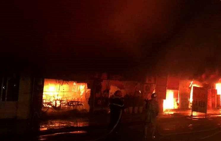Hiện trường khói lửa cháy khủng khiếp loạt ki ốt ở Lai Xá, Hoài Đức Ảnh 4